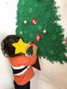 2020年12月リトミックでクリスマスツリーの飾りつけ
