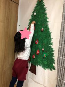 リトミックでクリスマスツリーに飾り付け
